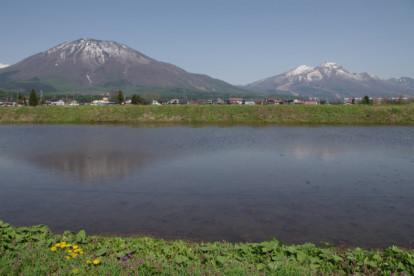 黒姫山と妙高山(右側)。
